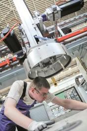 Première mondiale : le système de freinage et d'arrêt sûr de Bosch Rexroth empêche la chute des axes